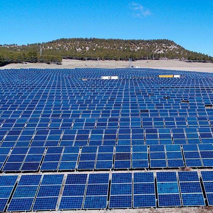 Mantenimiento de instalaciones solares fotovoltaicas fija en el suelo